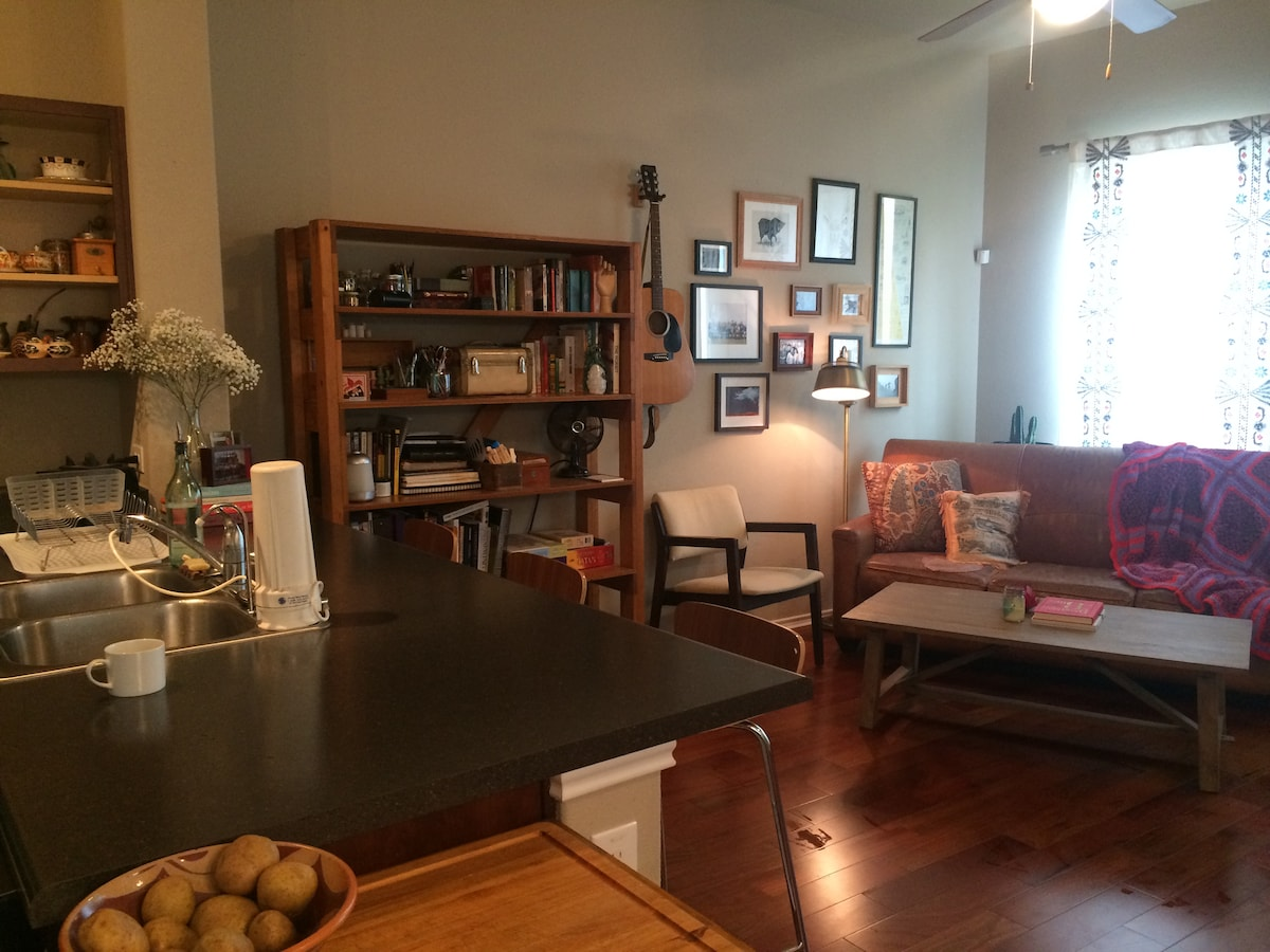 Room in Townhome - Central Austin