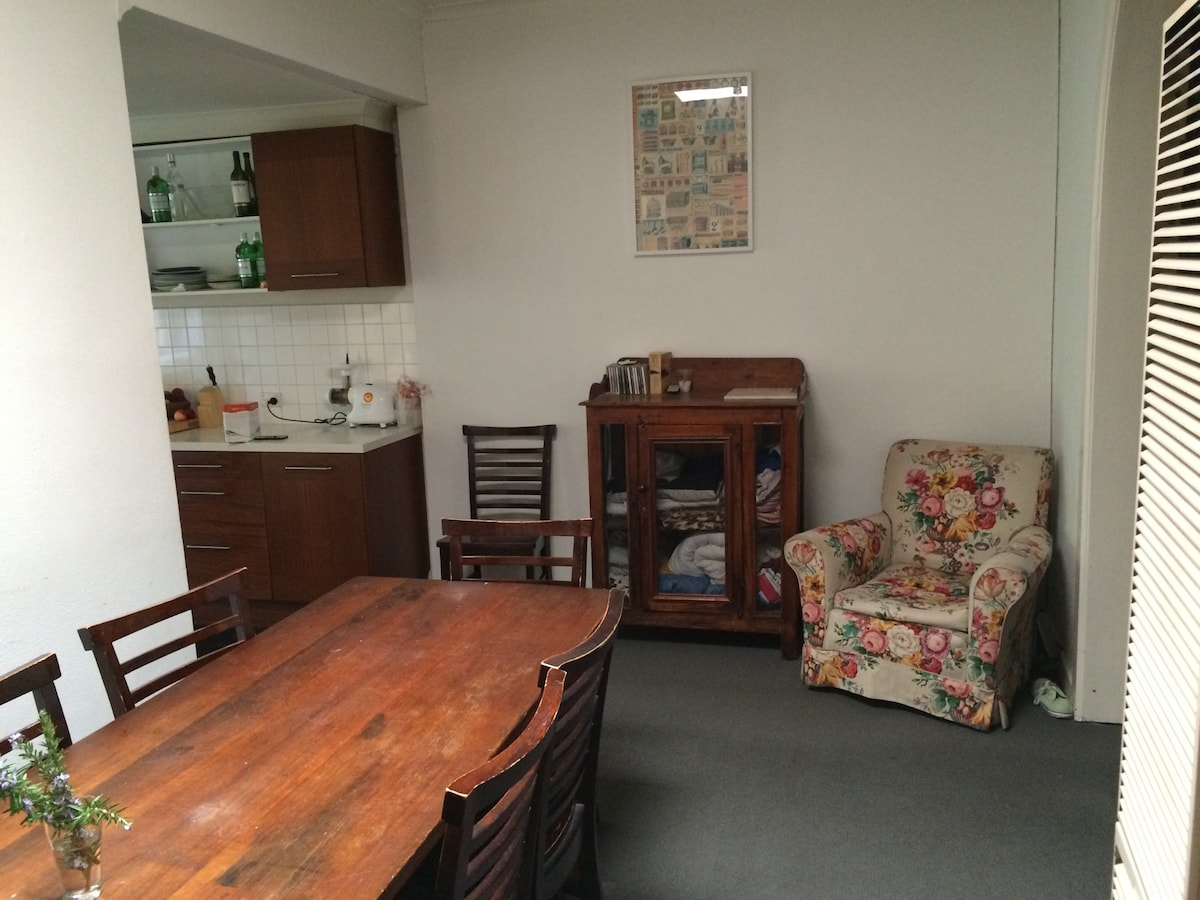Quiet, Spacious Room in Northcote