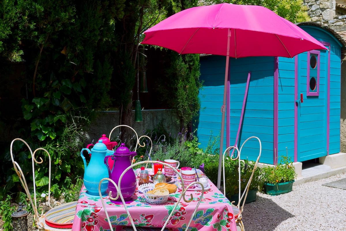 salle d'eau privée et petit dej sur terrasse privee a la roulotte