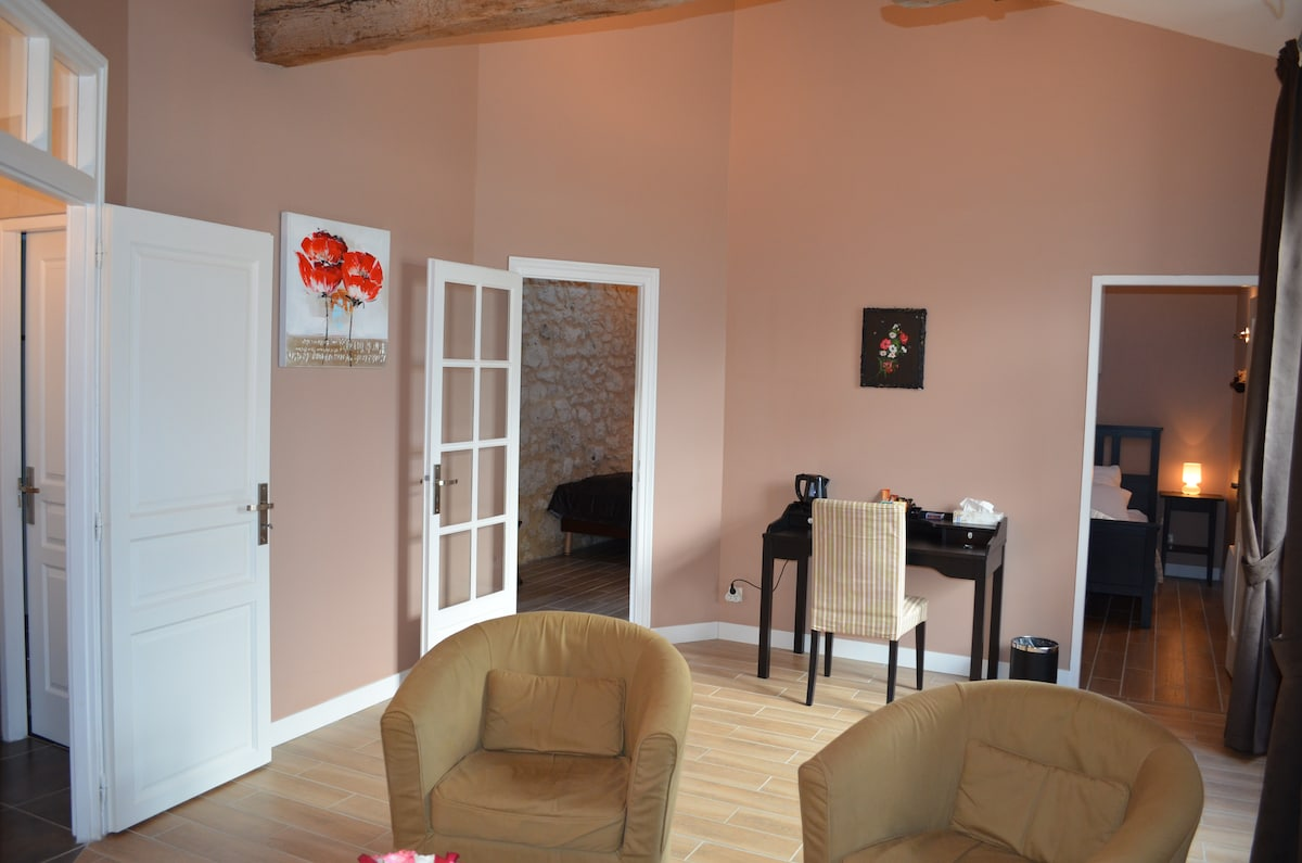 Suite Pauillac, salon et accès chambres 1, 2 et salle de bains