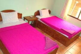 Twin beds, private ensuiet, hot shower, AC, Wifi, window