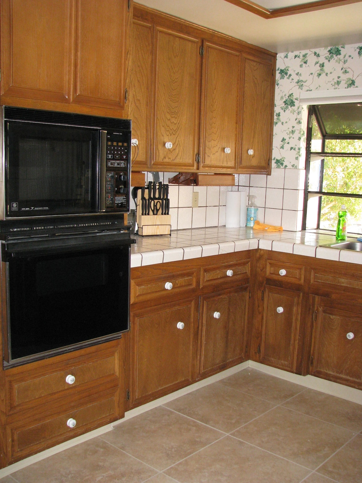 Modern and fully equipped kitchen with garden window.