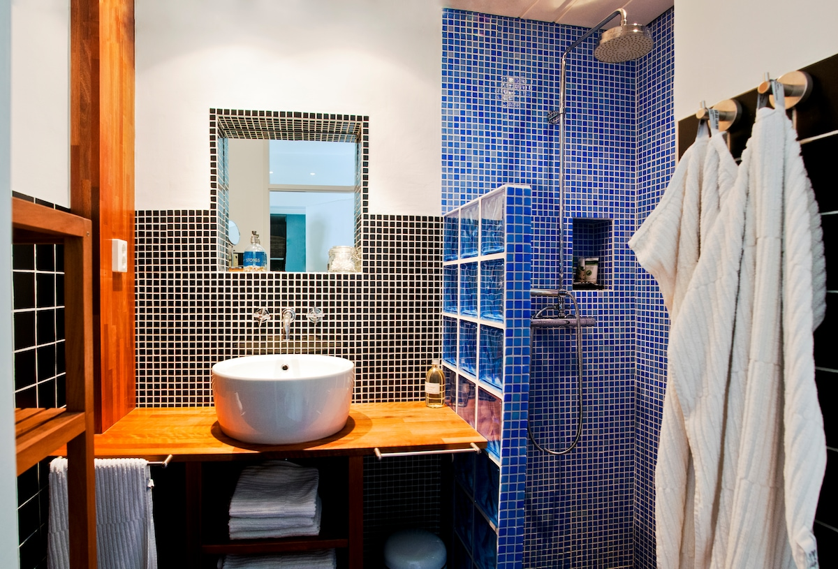 bathroom with relaxing rainshower