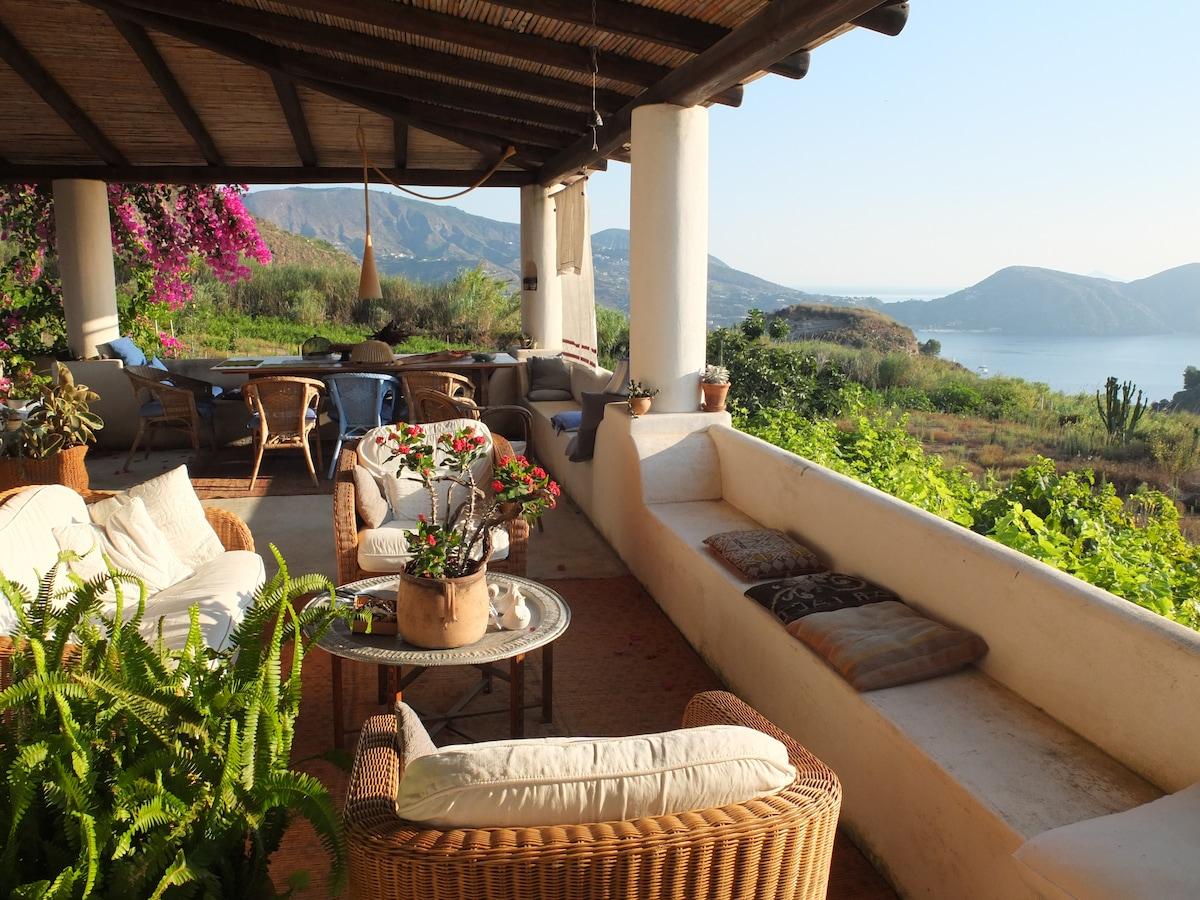 Il baglio superiore, area relax, reception e colazione. In fondo la baia di Lipari