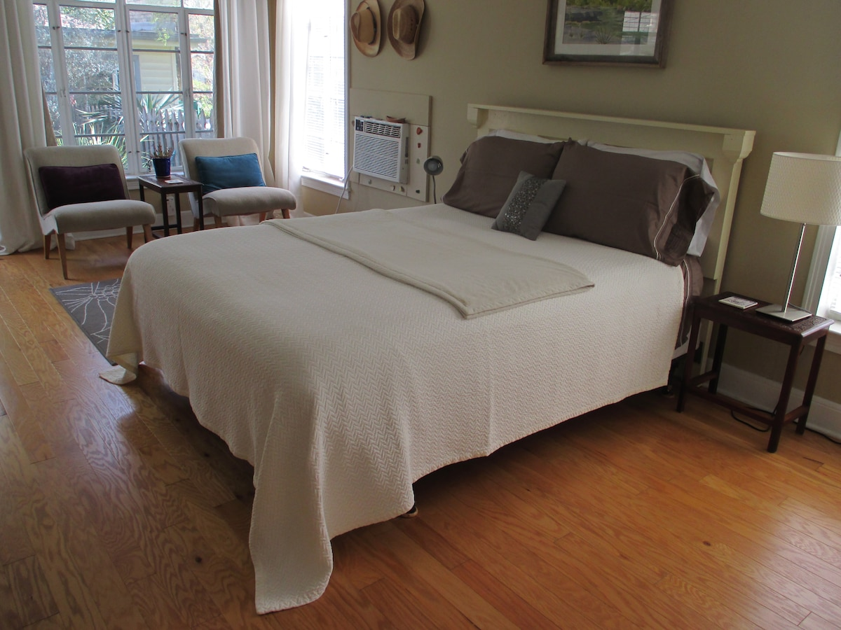 Queen-size bed in the main room