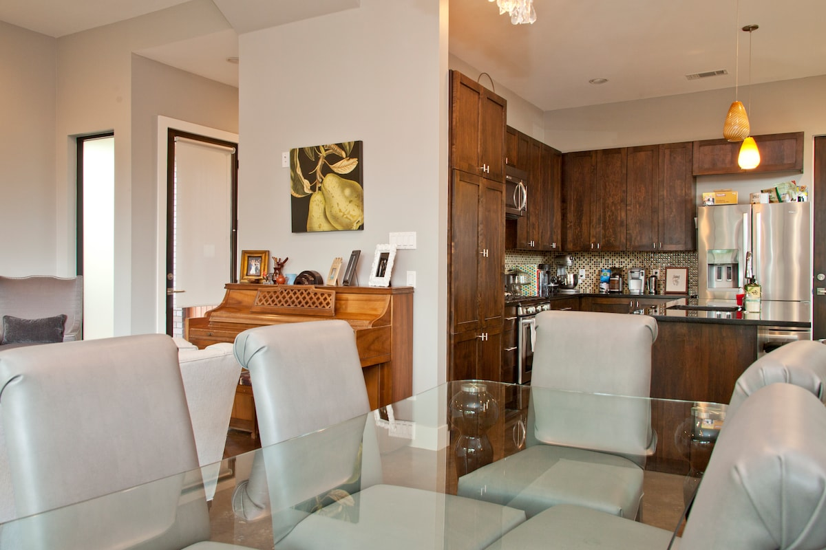 3/2.5 Modern, hip townhouse in SoLa