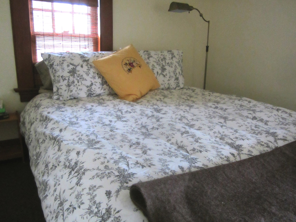 Queen size bed, sleeps 2