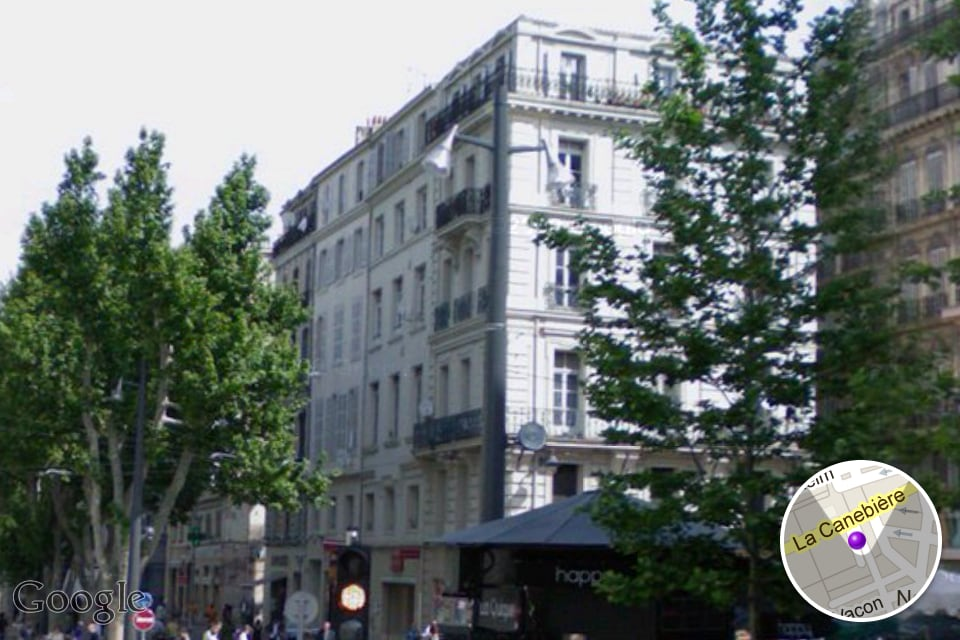 THE COSY CENTRAL FLAT IS IN THE BUILDING ON THE RIGHT, LOCATED AT THE CROSS ROAD OF LA CANEBIÈRE AND COURS BELSUNCE