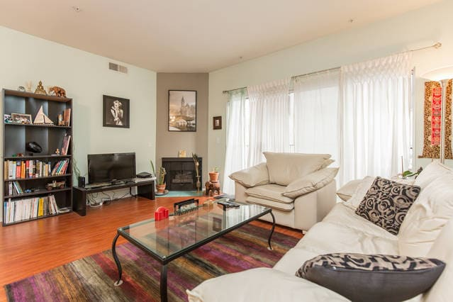 Living room, w flat screen tv/wifi/cable/dvd