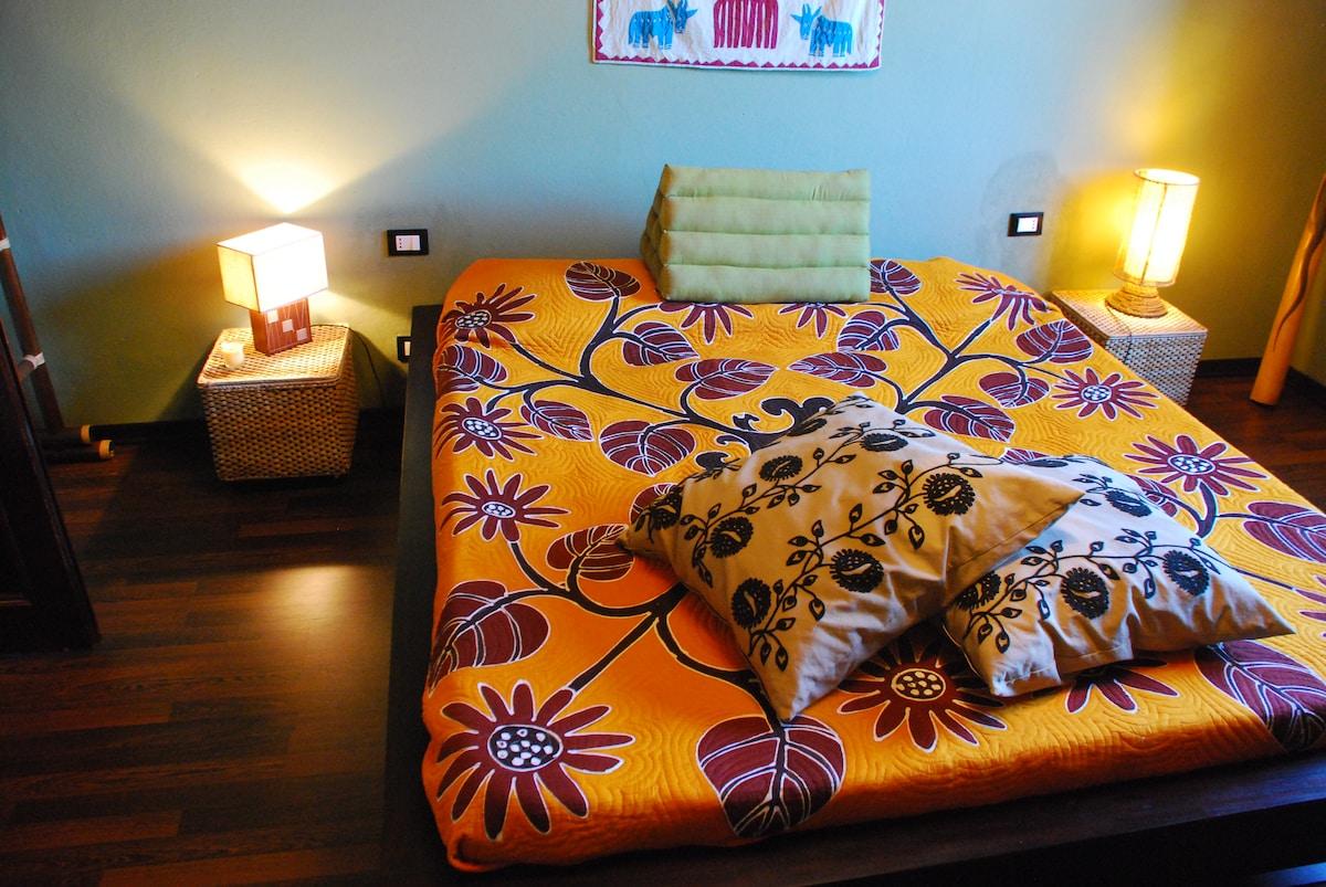"""Camera doppia """"Bali"""" letto extra large, arredi etnici e parquet."""