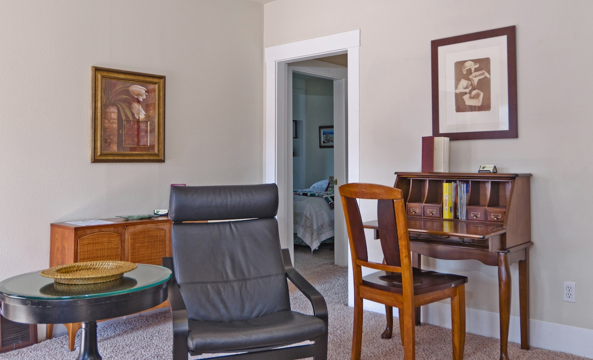 Living Room in 910- French Desk with Free WIFI!