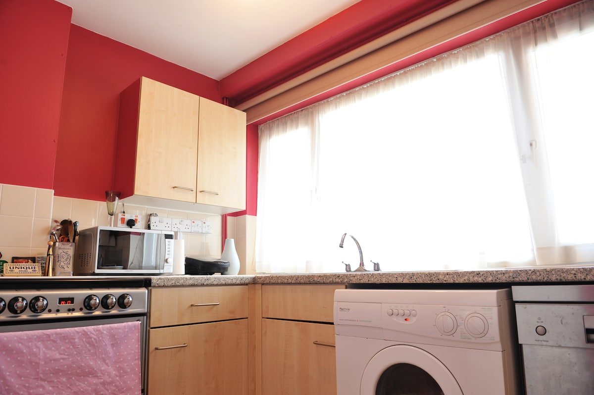 Cosy room for 1 female  London W2.