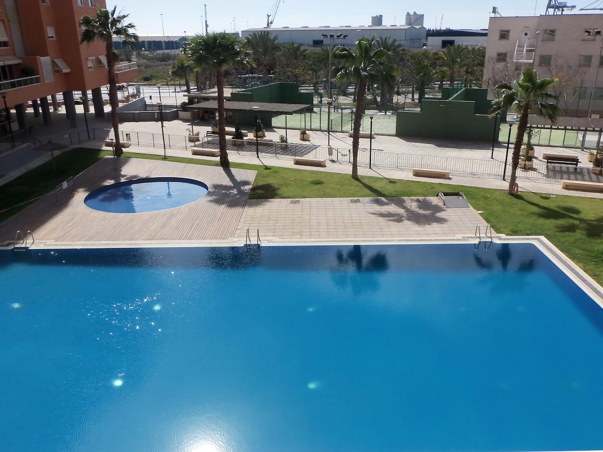 Habitación acogedora con piscina