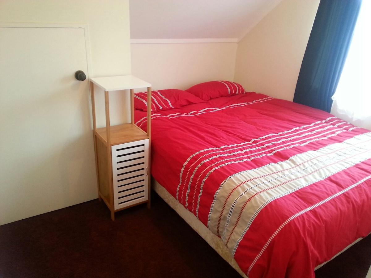 Cozy bedroom - close to town