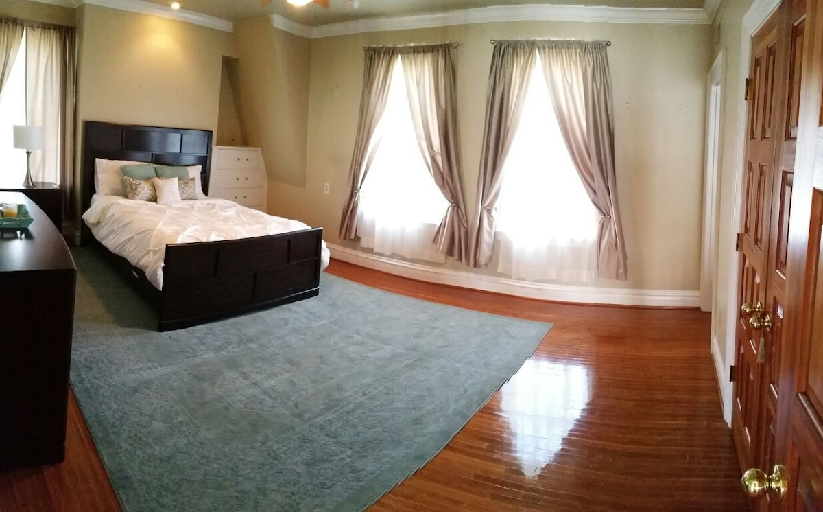 Gorgeous home, pvt bed/bath (rm 2)