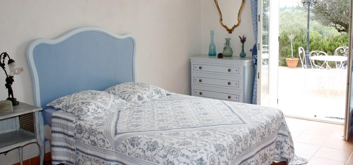 Chambre avec baignoire et terrasse