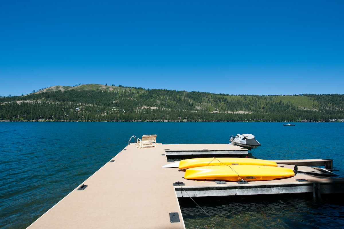 The dock and the lake from the base of the stairs! The jetski and kayaks are not available for guest use.