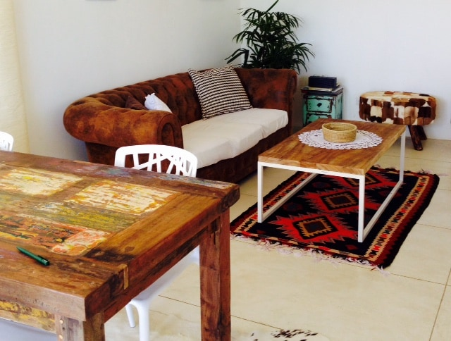 living room with furniture made of natural materials with a bohemian chique touch..