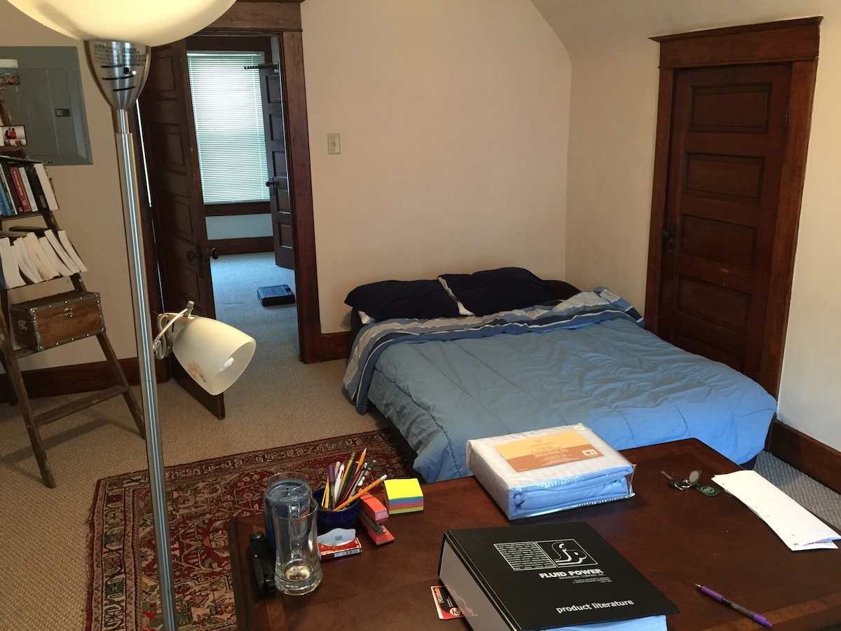 Huge room + air bed +1 mile from DT