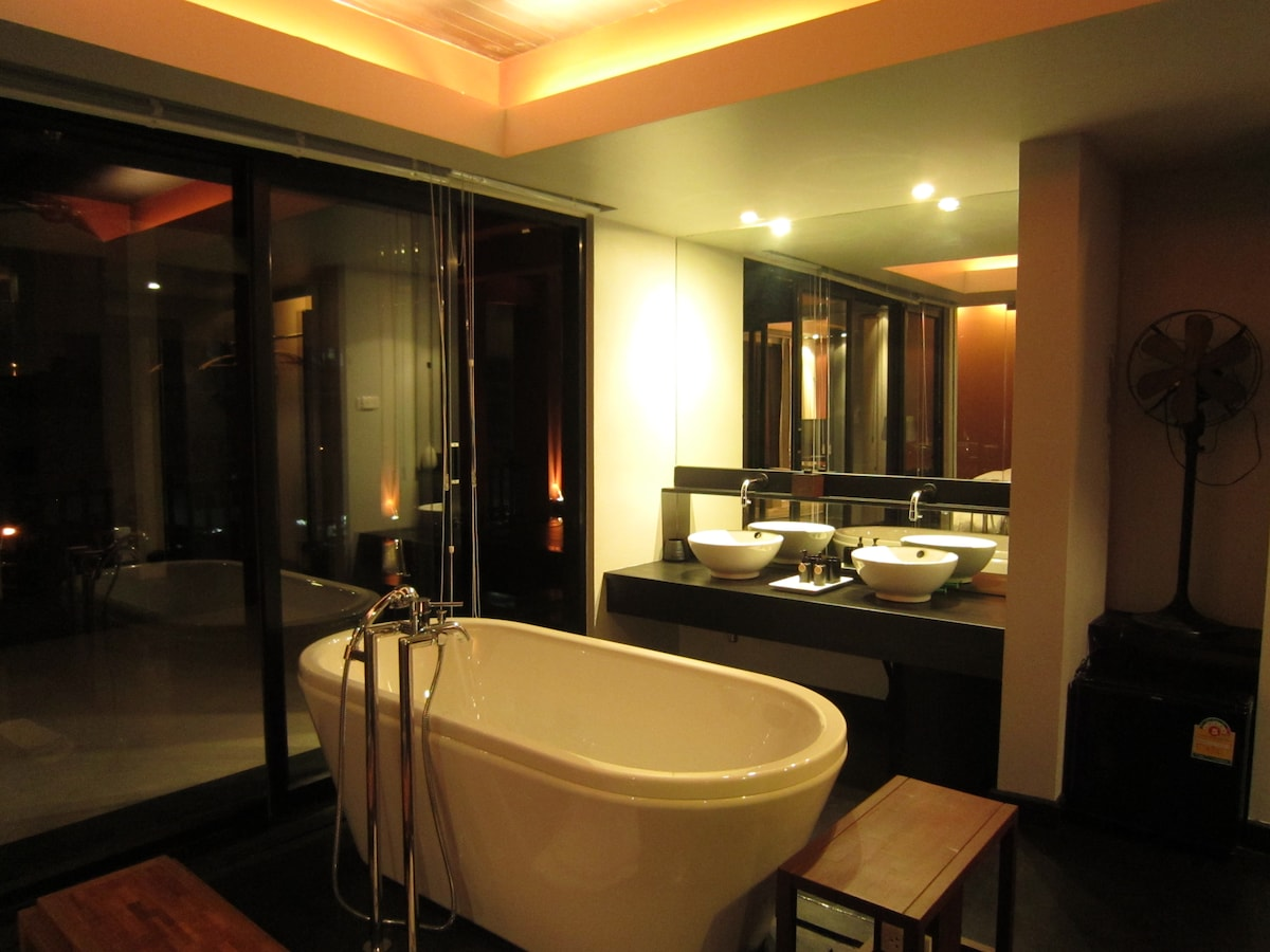 Spacious, sexy bathroom in the suite