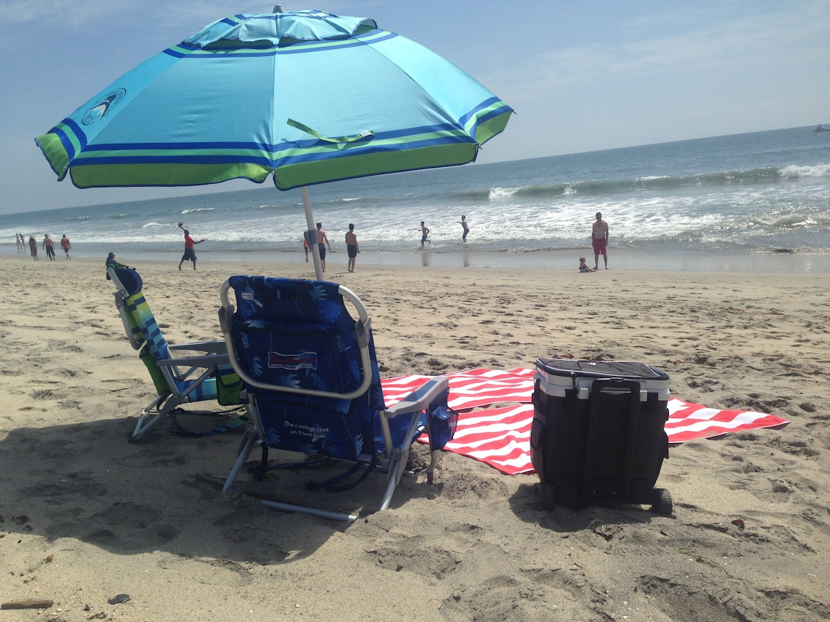 The studio comes with use of chairs, towels, umbrella, cooler.
