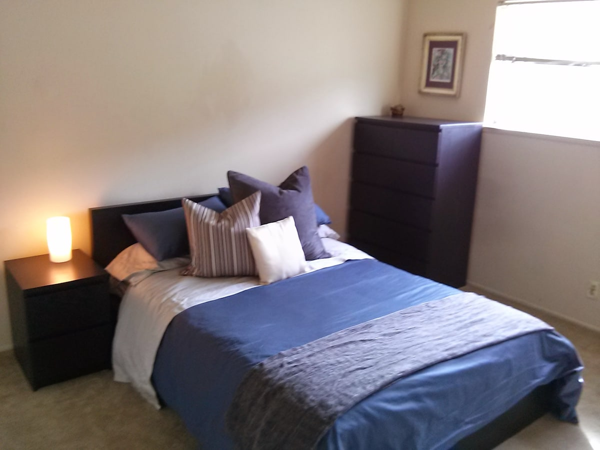 Private Bedroom close to Downtown!!