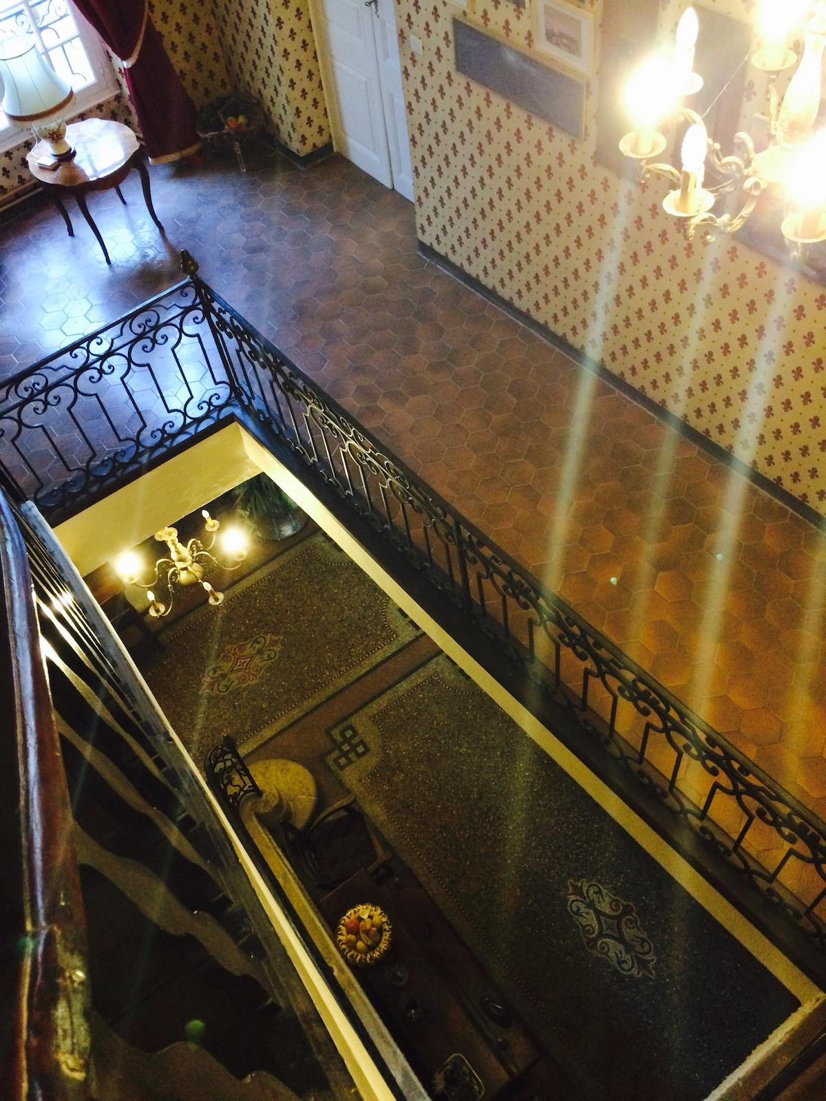 Лестница и холл. Интерьеры дома сохраняют стиль французских шато.