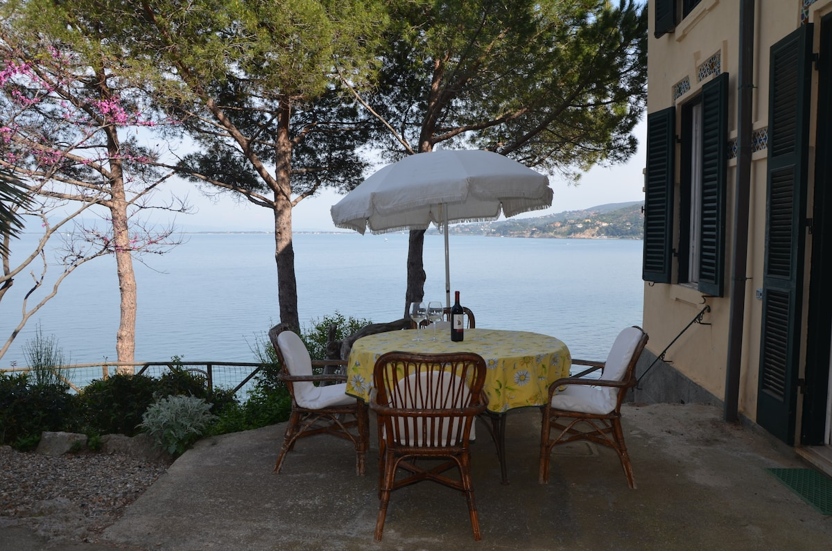 Romantic apartment by the sea, new!
