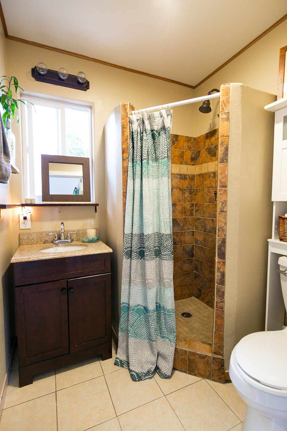 Clean & updated bathroom (solar hot water)