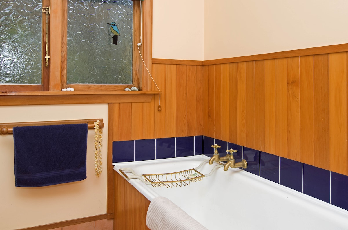 Bath in West bedroom private bathroom.