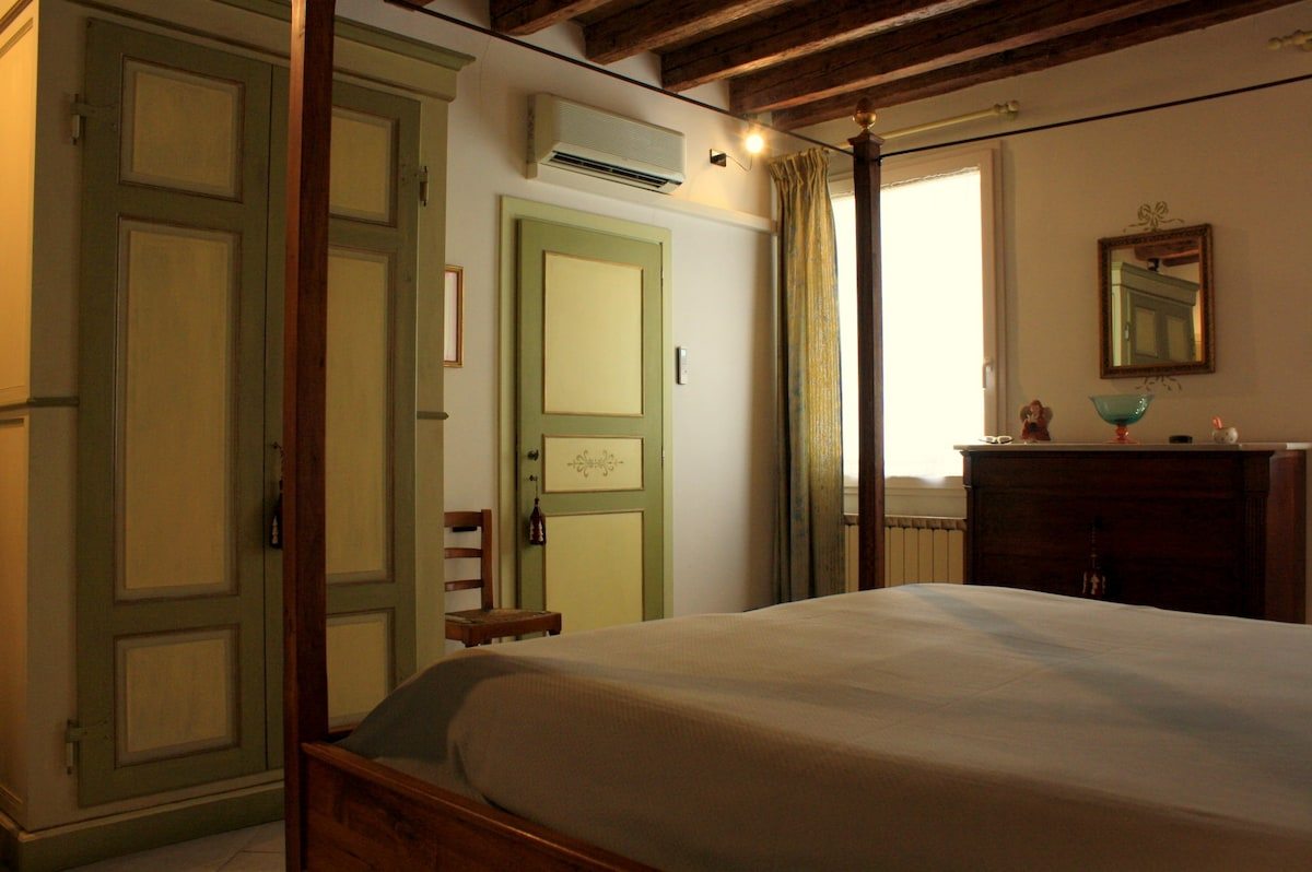 Camera con letto matrimoniale a baldacchino con armadio e porte dipinti a mano - Bedroom with a double four-poster bed and with handpainted wardrobe and doors
