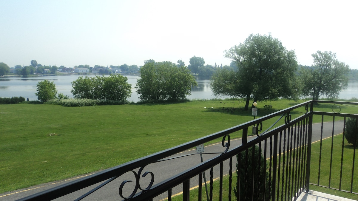 Lake front condo in tranquil area