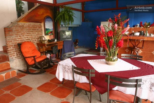 Comedor con salida al jardin, muy natural, silencioso y tranquilo!