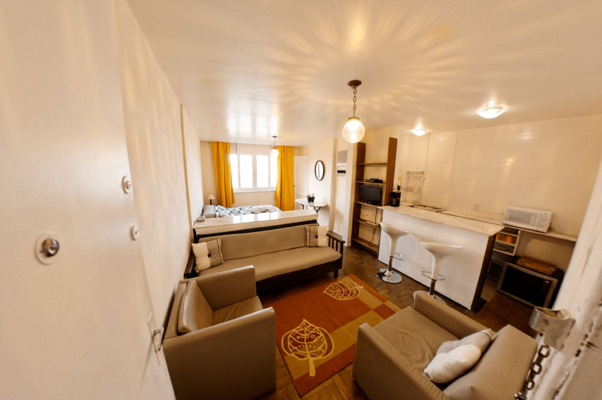 Everything you may need for a great stay: wifi, TV, DVD, small fully equiped kitchen...