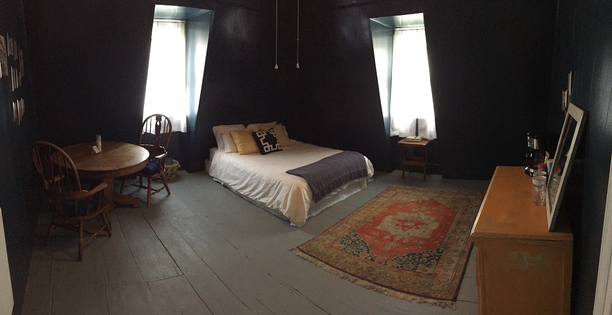 The Blue Room - Hudson on a budget!