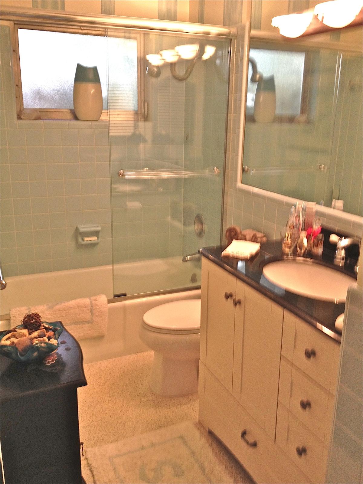 BATHROOM WITH FULL TUB
