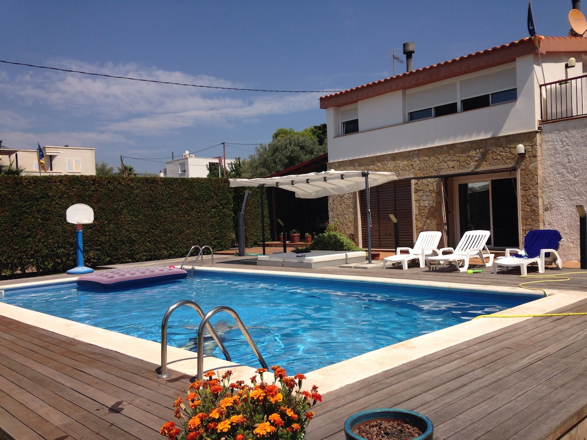 VILLA IN DETACHED BUILDING AND POOL