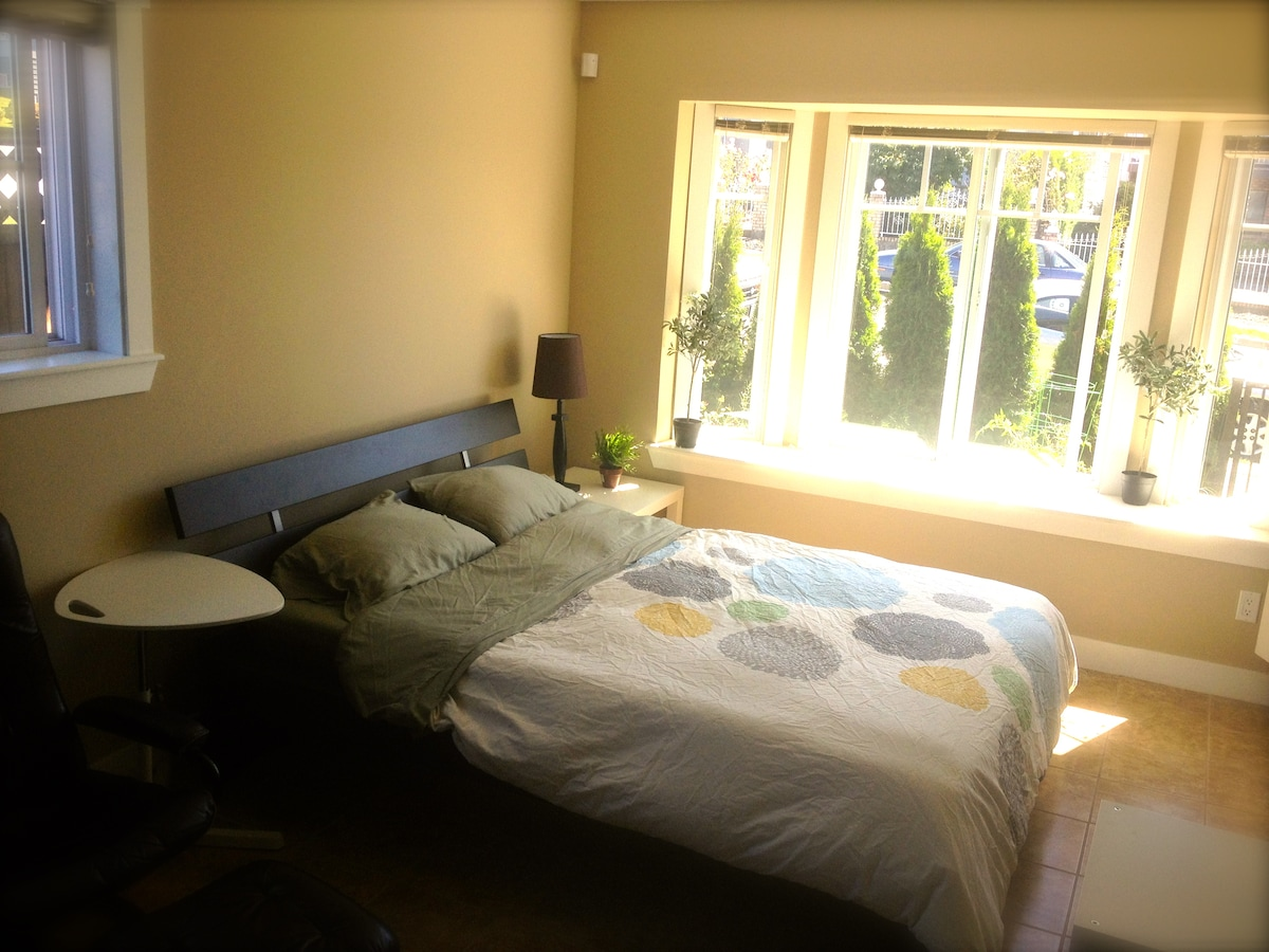 Queen bed, lots of light and a garden view.