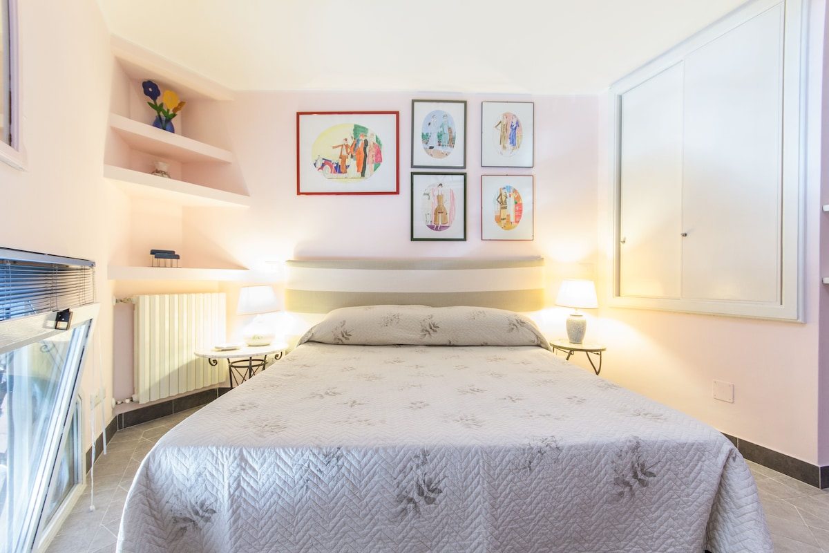 Spacious and comfortable double bed with a distinctive decor with hand-painted paintings thirties.