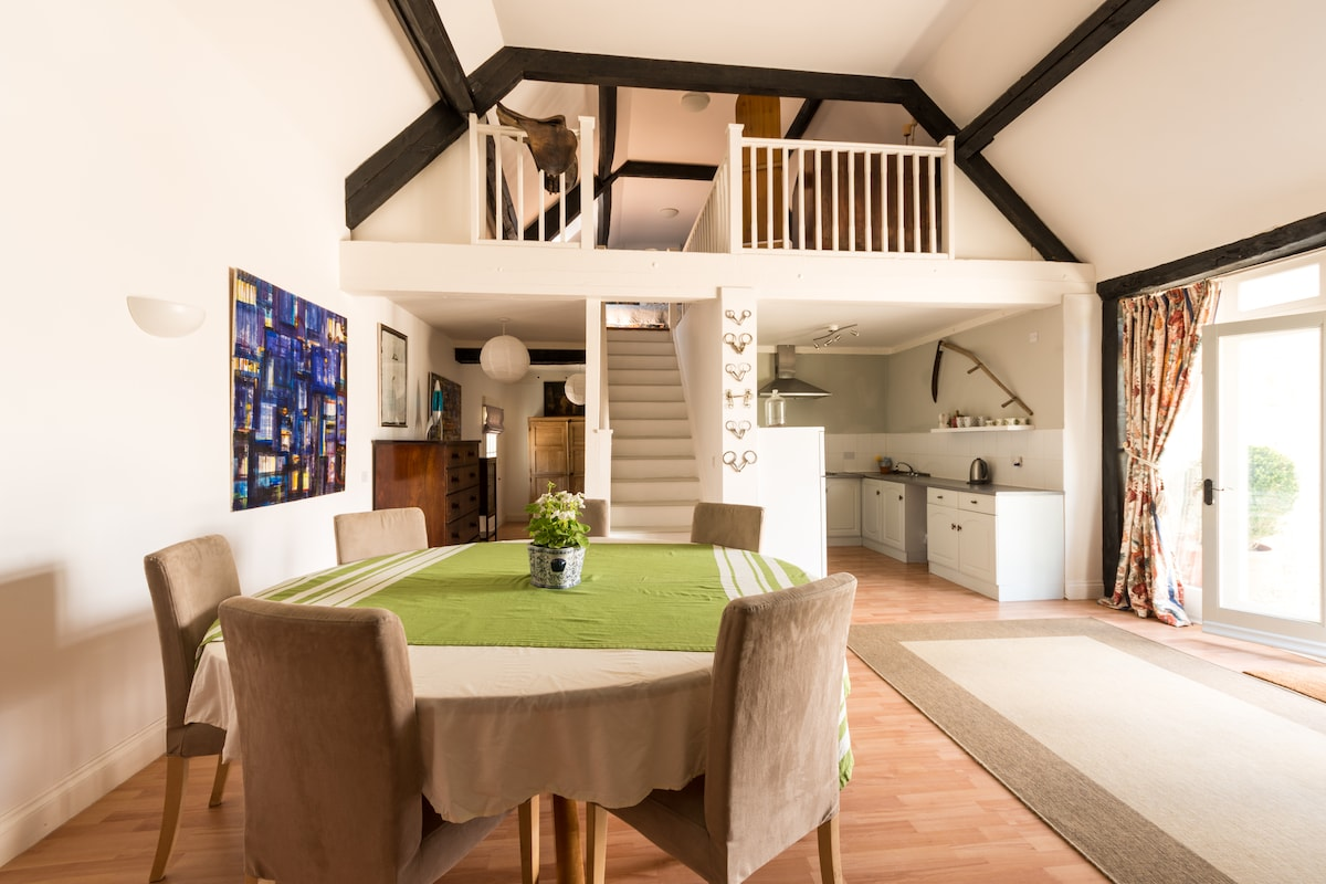 "Spacious Cotswold Barn ""The Loft"""