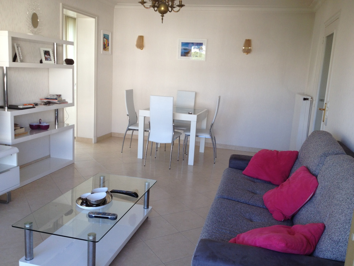 Chic flat 250 metres from beach!