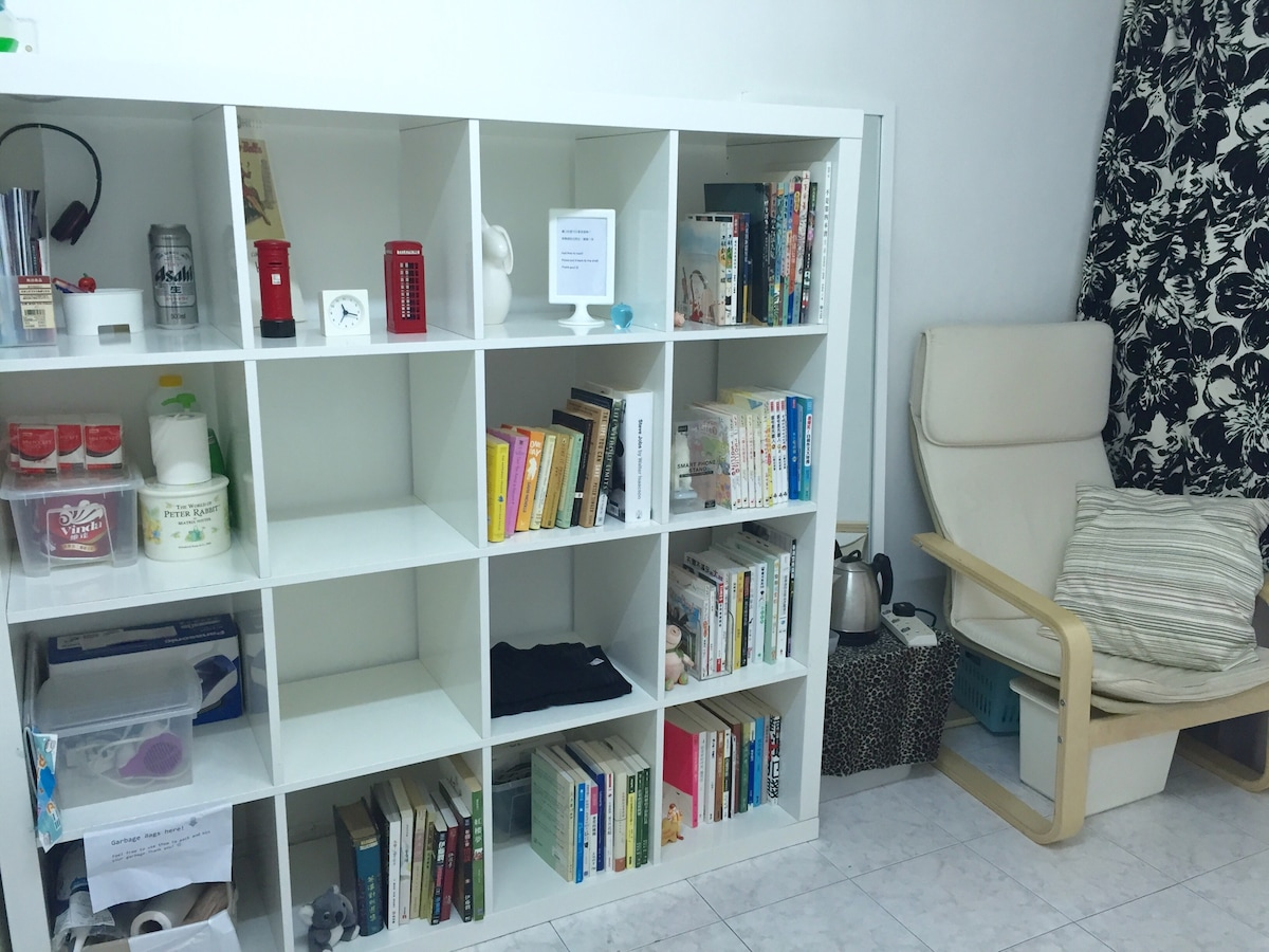 Bookshelf, kettle, mirror