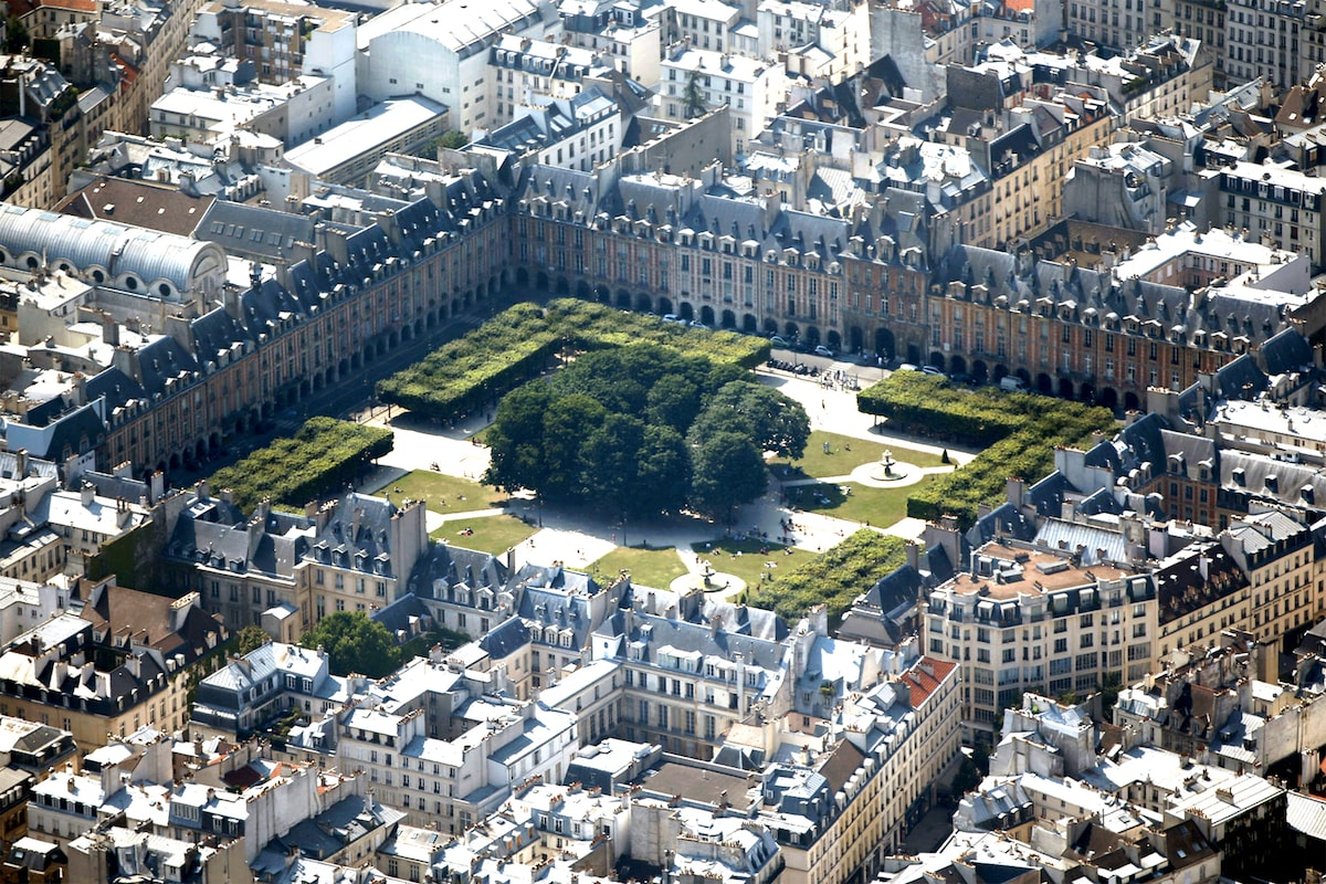 Welcome to Place des Vosges, one of the most beautiful royal square of Paris. The apartment is actually located here (inner courtyard side).