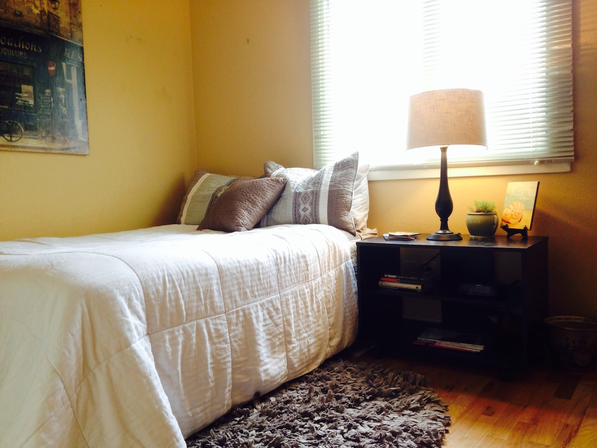 Comfortable room -close to airport!