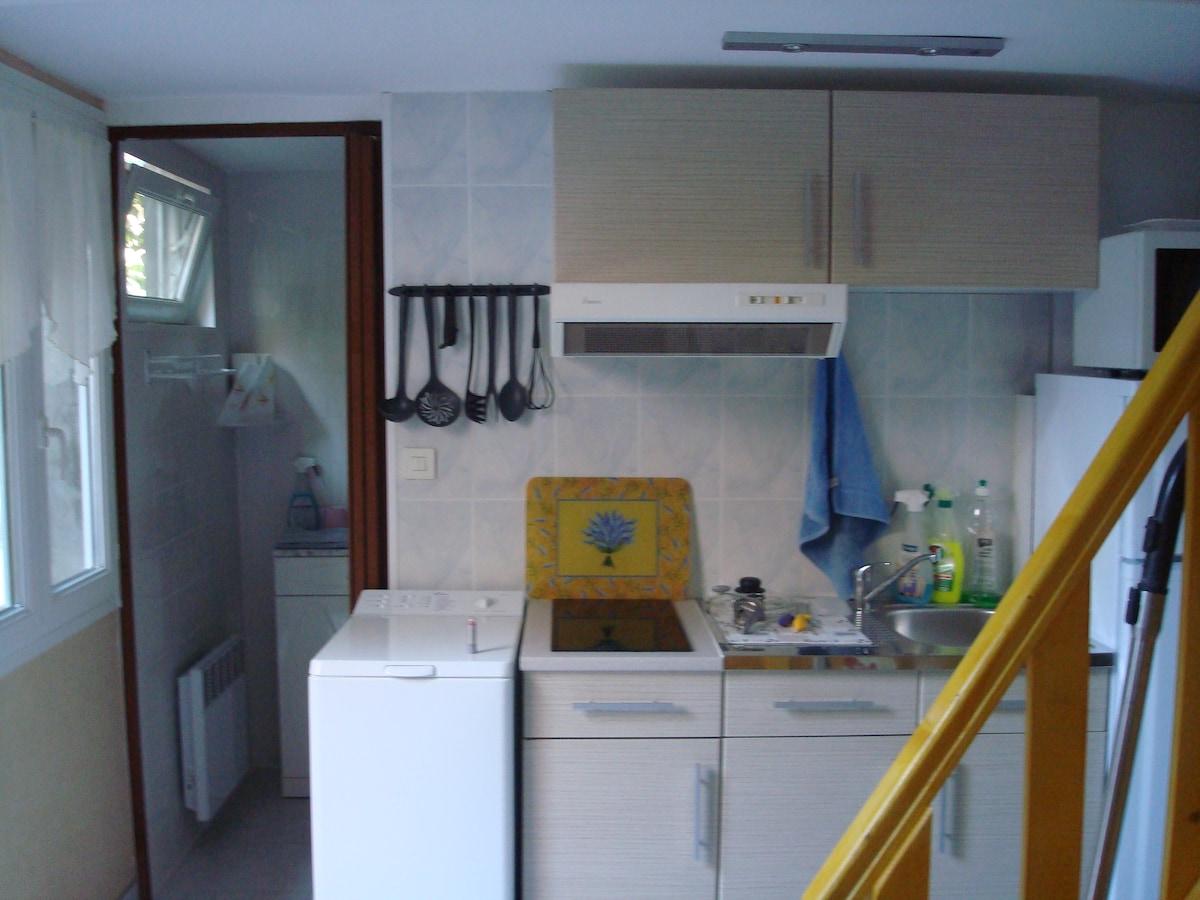 machine à laver dans coin cuisine