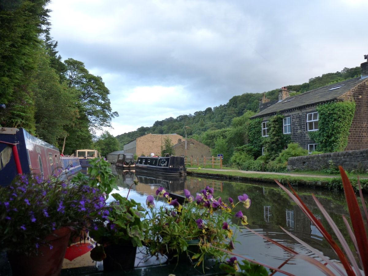 A Tranquil Escape On A Narrowboat