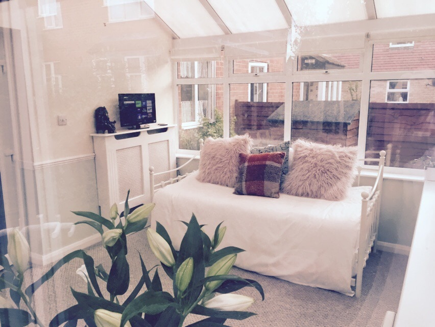 Bright, airy & private garden room!
