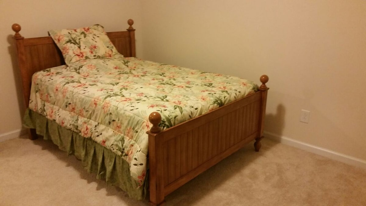 Bedroom 15 mins from downtown