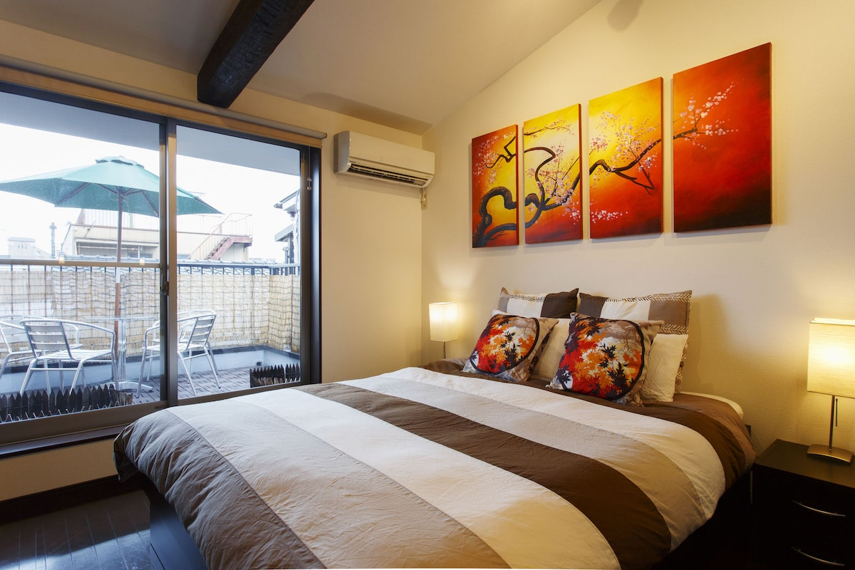 Main bedroom with super comfy Queen-size bed.