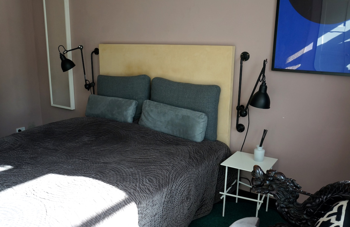 Good night sleep in a Queen size bed. Linnets and towels included.